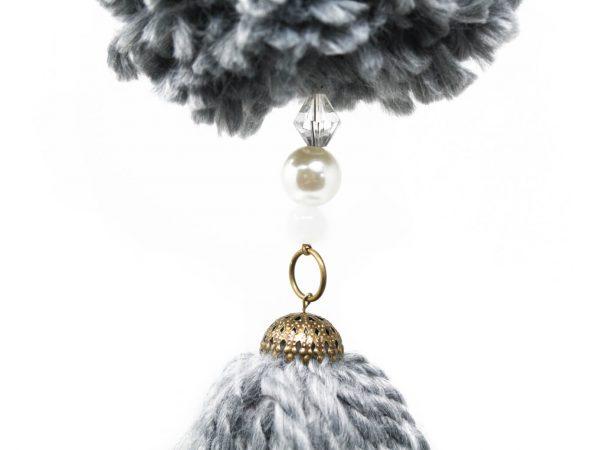 Borla pompón con cadena gris detalle 3