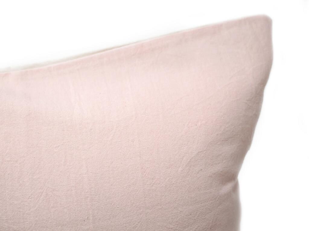 Funda 40×40 lisa rosa detalle.