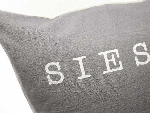 Funda 40×40 siesta gris y blanco detalle